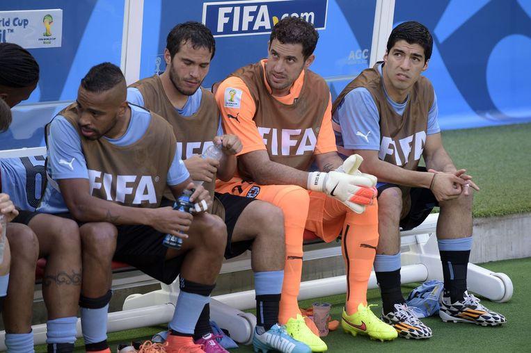 De bank van Uruguay tijdens de wedstrijd tegen Costa Rica, met Luis Suarez helemaal rechts Beeld AFP