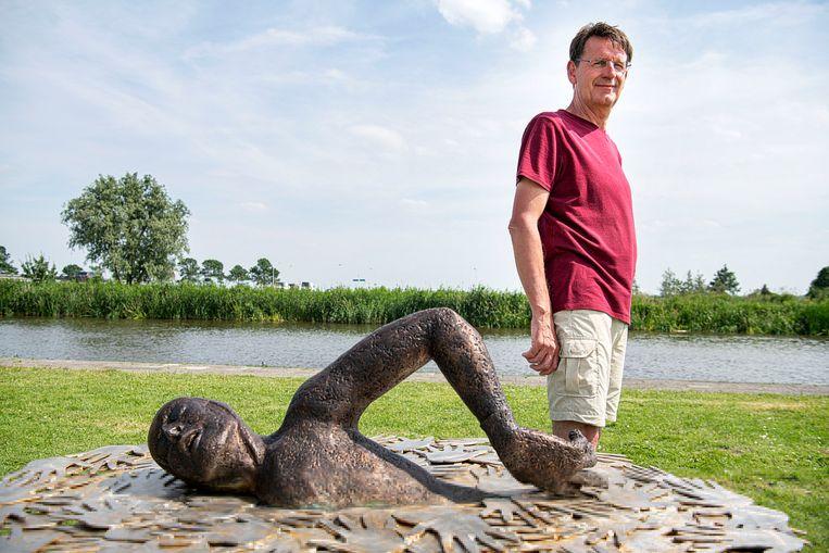 Ronald Noppers met zijn standbeeld van Maarten van der Weijden.  Beeld Guus Dubbelman / de Volkskrant