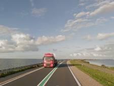 Vrachtwagen krijgt klapband midden op de Markerwaarddijk tussen Lelystad en Enkhuizen