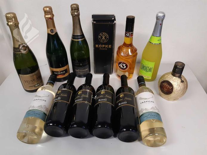 De in beslag genomen flessen drank