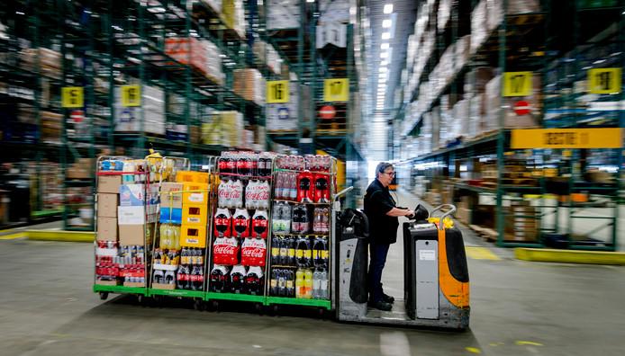 Een medewerker in het distributiecentrum van supermarkt Jumbo in Breda.