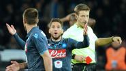 Invaller Mertens krijgt na zes minuten rood, maar ziet Napoli wel winnen