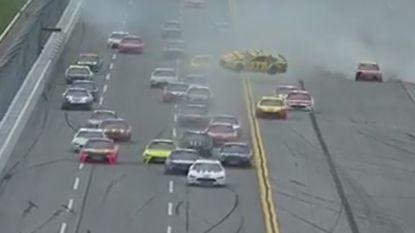 Ongelooflijk dat alle racers ongedeerd uit deze massacrash komen