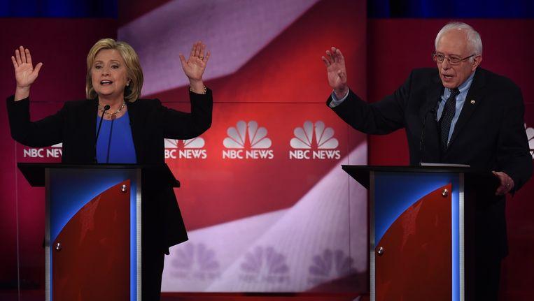 Hillary Clinton (L) en Bernie Sanders (R) tijdens het NBC-debat. Beeld afp