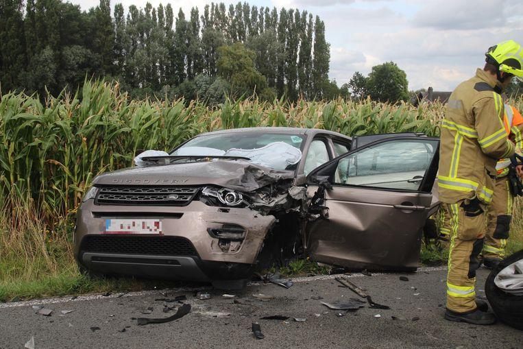 De aangereden auto belandde in de gracht.