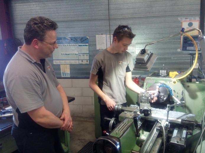 Bovenbouwleerlingen van Calvijn Vakhavo doen ervaring op bij bedrijven, zoals hier bij Coremans Tools & Technology in Rilland.
