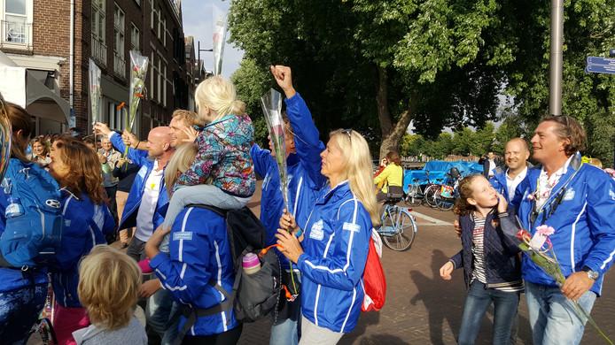 Herkenbaar in blauw jasje liepen de benefietwandelaars meer dan 17.000 euro bijeen.