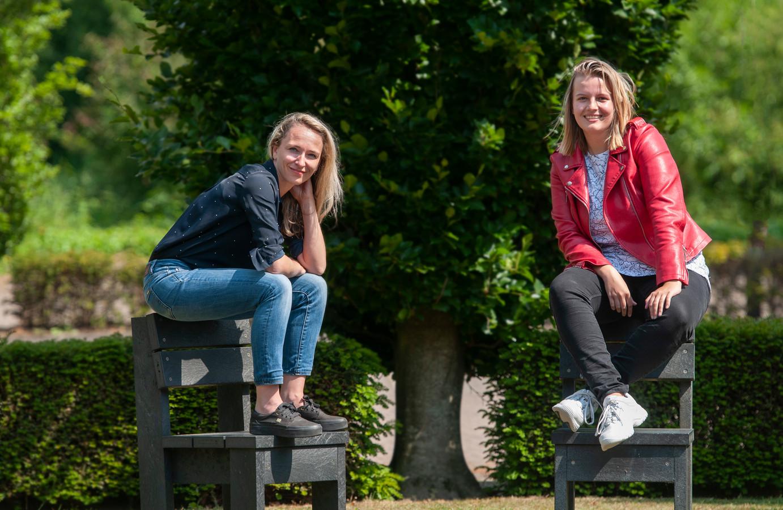 Docente Sofie van der Vleuten (links) en jonge mantelzorger/studente Eveliene Pas bij Avans.   ,,Ik had acht maanden ziek thuis gezeten, was fysiek niet fit. Door mijn ambitie kreeg ik groen licht voor de opleiding.''