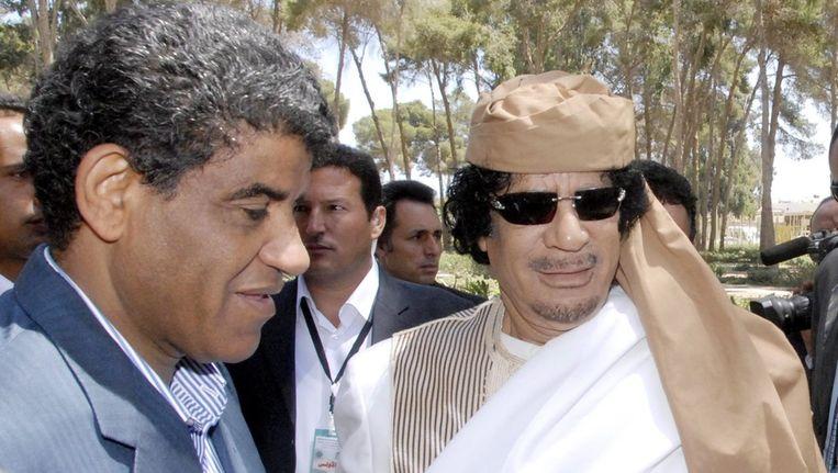 Ongedateerde foto van Al-Senussi (l) en Kaddafi. Beeld EPA