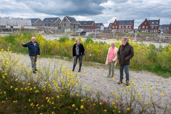 Gerard van der Windt, Wallie Hoogendoorn, Remmert en Anne-Mieke Ouweltjes struinen rond op de bouwlocatie in de Molenbuurt van Zeewolde. Zij zijn toekomstige bewoners van het Knarrenhof-woonproject 'Wolderhof'.