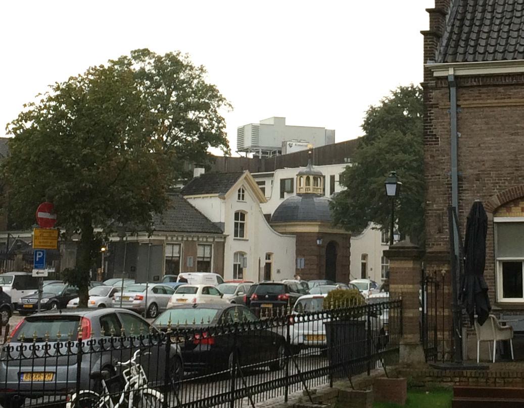 De nieuwe luchtbehandelingsinstallatie op het dak van het Zutphense stadhuis valt nogal op.