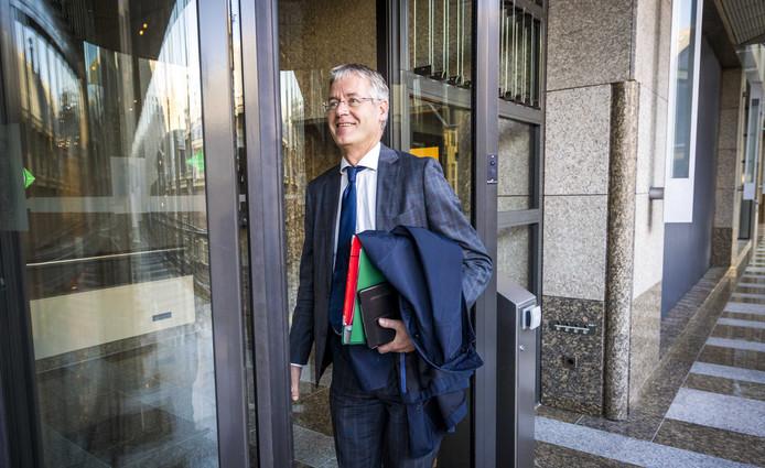 Arie Slob, minister voor Basis- en Voorgezet Onderwijs en Media, arriveert op het Binnenhof voor een debat over het Cornelius Haga Lyceum.