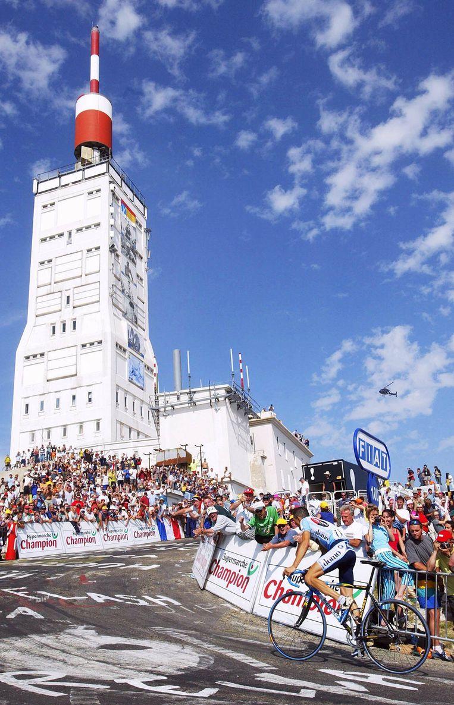 Richard Virenque komt als eerste boven op de Ventoux tijdens de Tour van 20022 Beeld anp