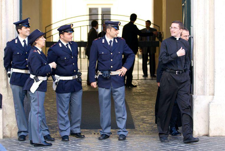 Politie aan de Sant' Apollinare Basilica in Rome, waar de tombe van Enrico De Pedis zich bevond.