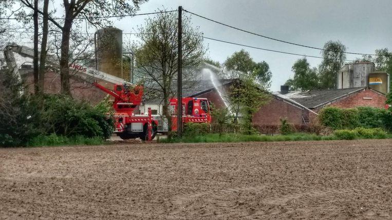 De brandweer is volop aan het blussen.