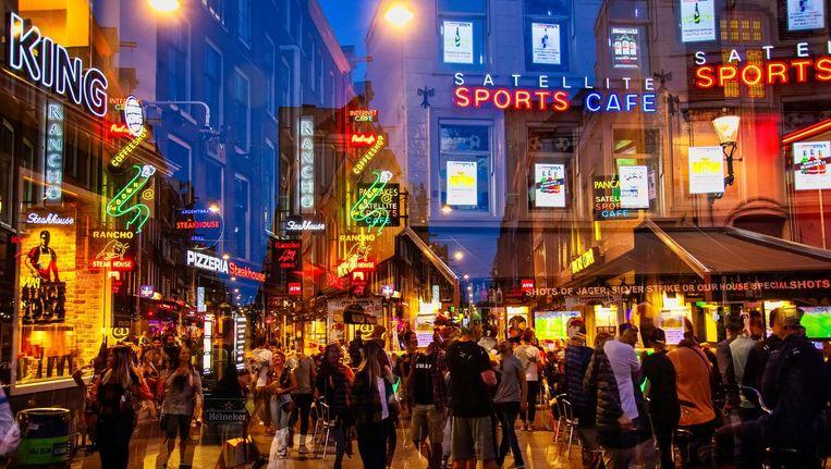 Toeristen vermaken zich op de Korte Leidsedwarsstraat Beeld Shutterstock