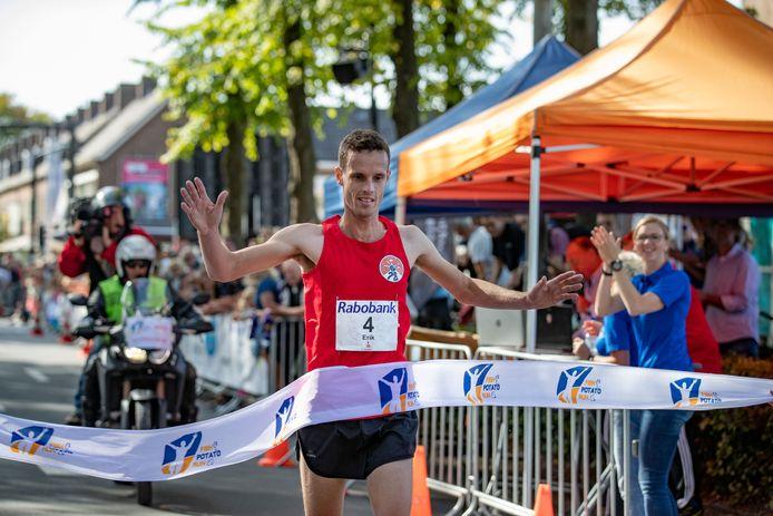 Erik Bolding komt als eerste over de finish van de Fish Potato Run.