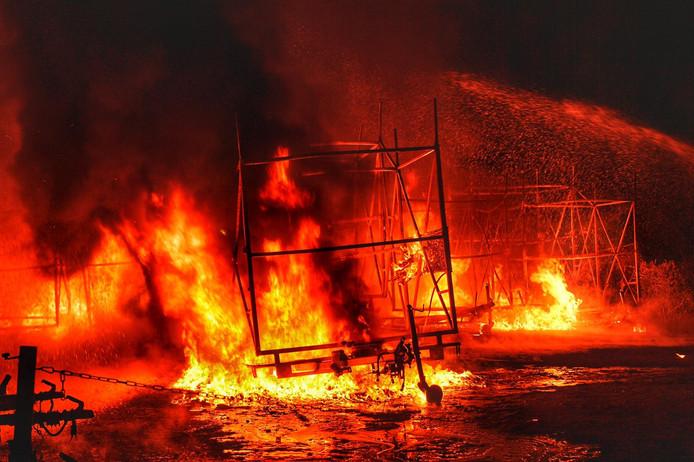 Uitslaande brand in kano-opslag aan de Molenstraat in Valkenswaard.
