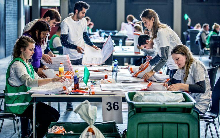 Rotterdam- Stemmen uit de stad Rotterdam worden opnieuw geteld in Ahoy door voornamelijk Studenten. foto raymond rutting / de volkskrant Beeld raymond rutting