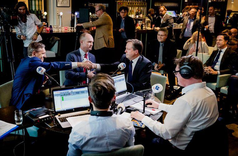 Sybrand Buma (CDA) schudt Alexander Pechtold (D66) de hand. Beide lijsttrekkers presenteerden zich als een alternatief voor premier Mark Rutte. Beeld anp