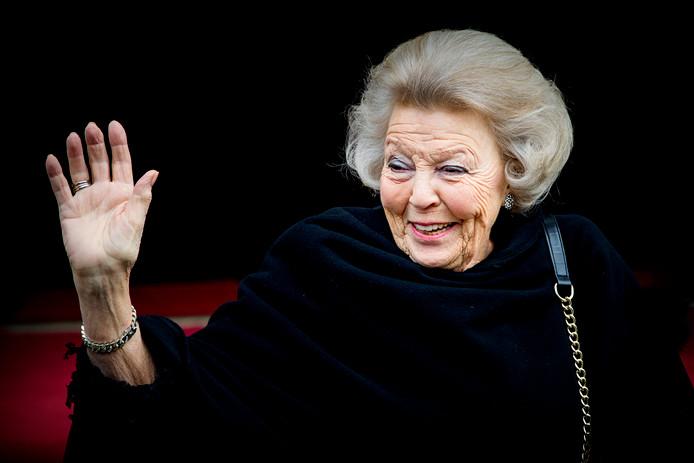 Prinses Beatrix arriveert zelf bij het Koninklijk Paleis.