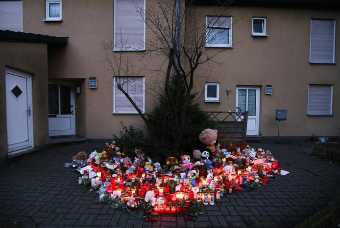 Bloemen voor het huis van slachtoffer Jaden.