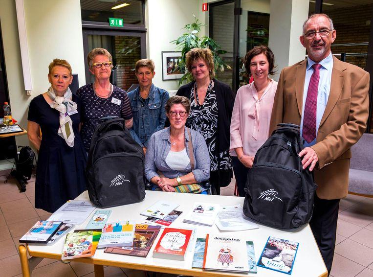 Afgevaardigden van de gemeente en van de bibliotheek bij de voorstelling van het dementierugzakje.