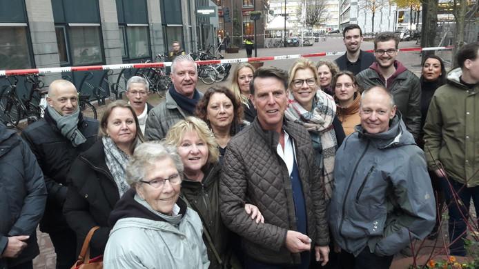 Deze mensen worden op afstand gehouden. Berry Degen, tweede van rechts, was net begonnen met zijn afscheidsfeestje bij het Arnhems Meisje. Hij heeft de kadootjes nog boven liggen.