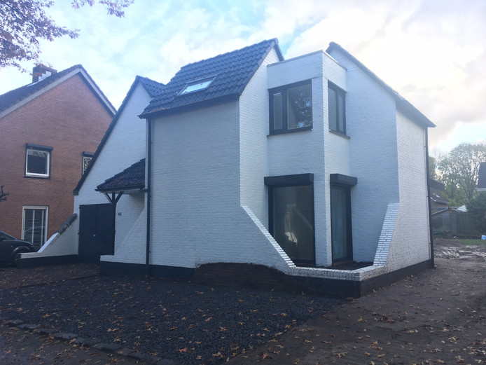 Het huis aan de Granietstraat dat berucht werd door een illegaal groen geverfd dak is nu wit.