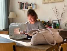 """Sofie (24) maakt handtassen aan haar eettafel: """"Handig voor het strand, de winkel en het kantoor"""""""