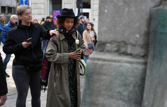 Met een witte bloem protesteerde Naomi tegen het rechtse protest. De politie greep in om de veiligheid van de 25-jarige vrouw te garanderen.