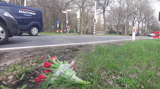 Bloemen op de plek waar een 66-jarige vrouw uit Lunteren overleed.