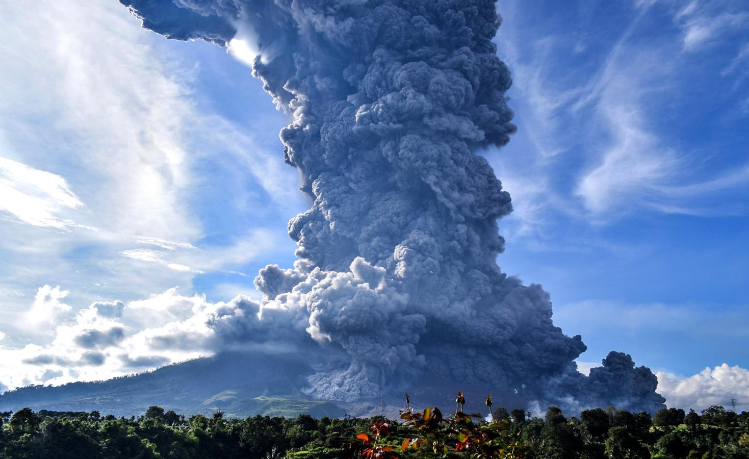 De vulkaan Sinabung op het Indonesische eiland spuwt een enorme aswolk uit na een uitbarsting eerder vandaag.