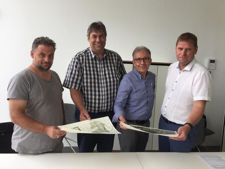 V.l.n.r.: Buurtbewoner Raf Vaes, burgemeester Paul Verbeeck, schepen Paul Laurijssen en Walter Verstraeten, voorzitter KFC Nijlen.