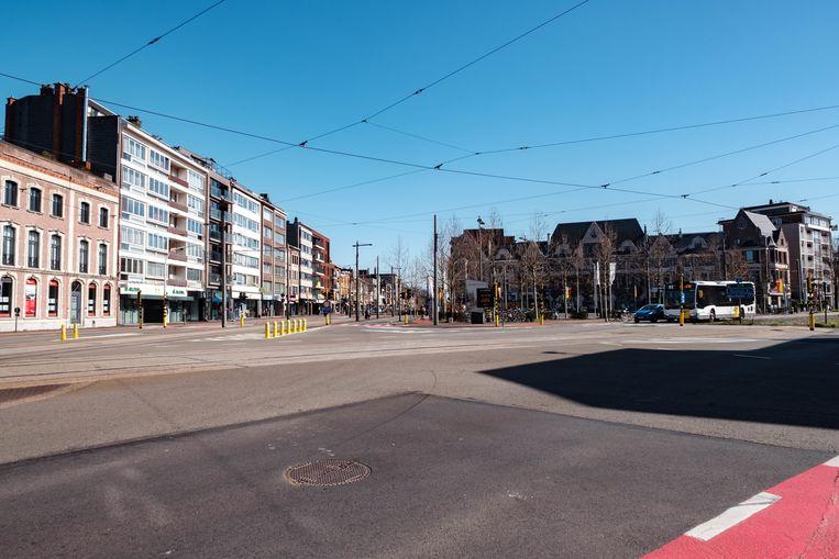 Het Gemeenteplein, anders het drukste verkeersknooppunt van de stad, is helemaal leeg dezer dagen.