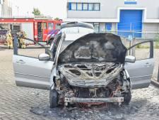 Auto vliegt in brand tijdens het rijden op industriegebied Duiven: total loss