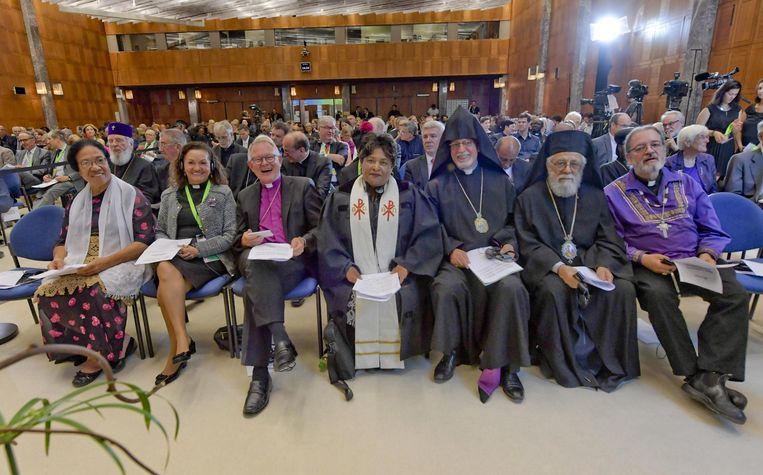 Toeschouwers luisteren naar paus Franciscus, die in juni de Wereldraad van Kerken in Genève bezocht wegens het zeventigjarig bestaan van de wereldwijde oecumenische beweging.  Beeld EPA anp