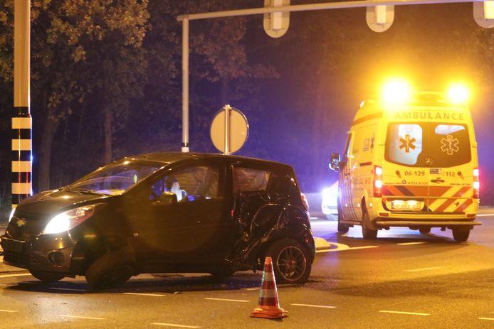 De auto raakte bij de botsing zwaar beschadigd. Het verkeerslicht eveneens, dat moet in de nachtelijke uren gerepareerd worden.
