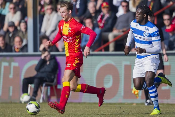 De Graafschap-verdediger Myenty Abena (rechts) in duel met Dennis Hettinga. Foto: Erik Pasman