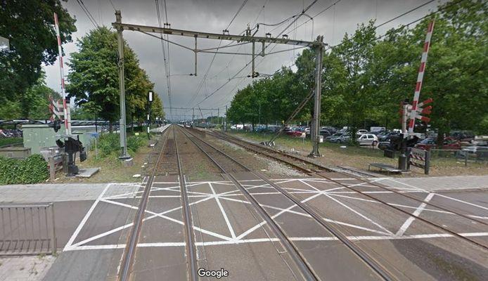 De spoorwegovergang bij station 't Harde.