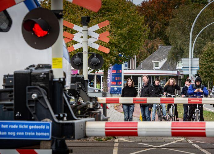 Een dagelijkse ergernis in Wijchen: lang wachten bij de spoorwegovergang bij het station.