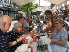 Vierhonderd mensen ontbijten samen in de stralende zon in Ermelo