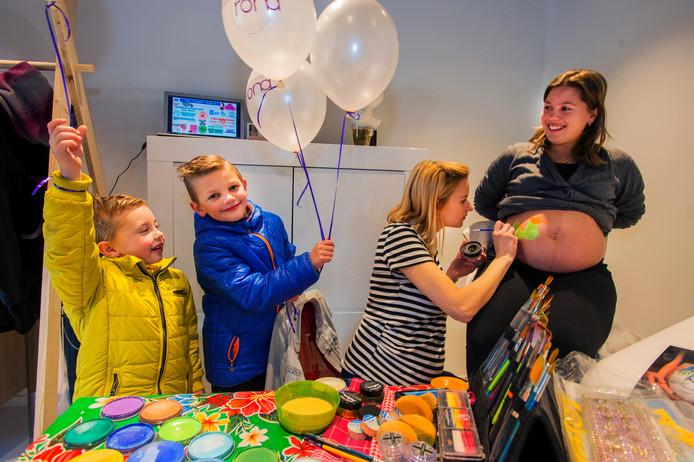Bij de open dag in het Gezondheidscentrum Drunen konden zwangeren bij Anke van Grinsven van Chicart een 'bellypaint' krijgen.