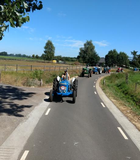 Stoet van vijftig tractoren toert door de regio; 'We zijn echt niet allemaal boeren'