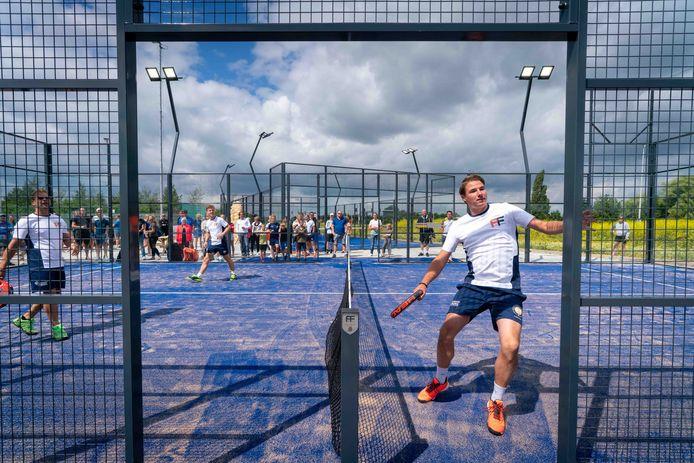Racketsport padel is een soort combinatie van squash en tennis.