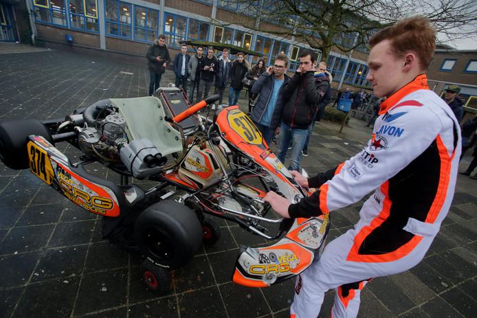 Alexander Gaal haalde zijn eigen kart uit elkaar, om te onderzoeken hoe dit voertuig in elkaar zit.