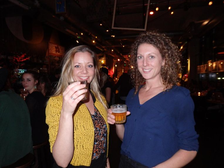 Marloes Voskuilen (links) van The Knowledge Mile met redacteur Ruby Sanders. 'Eigenlijk hou ik helemaal niet zo van bier, maar zo'n half glas gaat best,' zegt Marloes Beeld Schuim