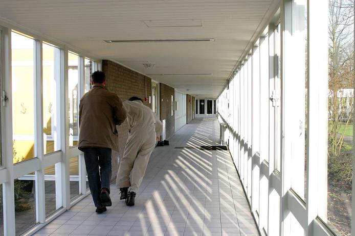 Een lastpost in De Corridor wordt afgevoerd.