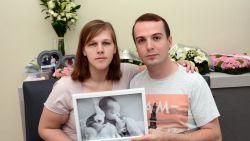 """Ouders van overleden baby met zeldzame ziekte zoeken lotgenoten: """"Niemand zag iets abnormaals en plots lag Lisa levenloos in onze armen"""""""