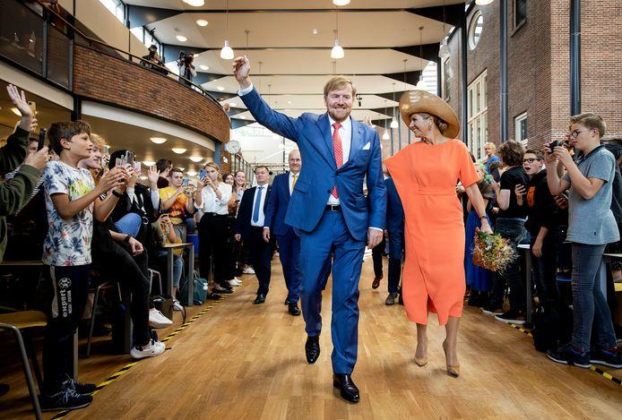Koning Willem-Alexander en koningin Máxima bij een bezoek aan een school vandaag, foto ter illustratie.